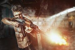 Ειδική δύναμη με το πυροβόλο όπλο στη μάχη Στοκ εικόνα με δικαίωμα ελεύθερης χρήσης