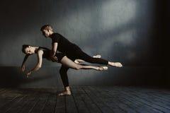 Ειδικευμένοι ικανοί χορευτές μπαλέτου που καταδεικνύουν την ευελιξία τους στοκ φωτογραφίες με δικαίωμα ελεύθερης χρήσης