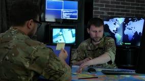 Ειδικοί ΤΠ στρατιωτών, που συζητούν την εκμετάλλευση στρατηγικής μάχης απόθεμα βίντεο