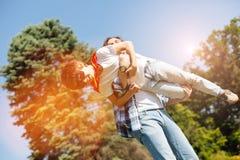 Ειλικρινής ευτυχής γονέας που κάνει τη μύγα γιων του Στοκ φωτογραφία με δικαίωμα ελεύθερης χρήσης