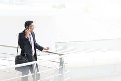 Ειλικρινής ινδικός επιχειρηματίας που μιλά στο τηλέφωνο Στοκ φωτογραφία με δικαίωμα ελεύθερης χρήσης
