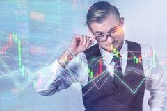 Ειδικός έξυπνος επιχειρηματίας που μελετά μια υψηλή τεχνολογία ολογραφική Στοκ Φωτογραφίες