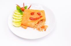 Ειδικό τηγανισμένο ρύζι, που τυλίγεται με μια ομελέτα Στοκ Φωτογραφίες