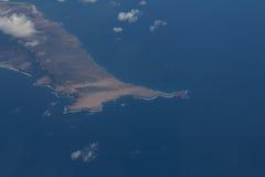 Ειδυλλιακή κυανή ακτή χερσονήσων με τις φαλακρές αιχμές βουνών Στοκ εικόνες με δικαίωμα ελεύθερης χρήσης