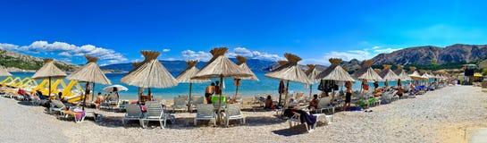Ειδυλλιακή παραλία στο πανόραμα Baska στοκ εικόνα