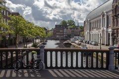 Ειδυλλιακή πόλη με το κανάλι Στοκ εικόνες με δικαίωμα ελεύθερης χρήσης