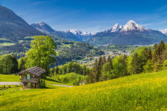 Ειδυλλιακό τοπίο άνοιξη στις Άλπεις με το παραδοσιακό σαλέ βουνών Στοκ εικόνες με δικαίωμα ελεύθερης χρήσης