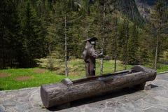 Ειδυλλιακό τοπίο στις Άλπεις στην άνοιξη με το παραδοσιακό σαλέ βουνών και τα φρέσκα πράσινα λιβάδια βουνών με τα λουλούδια Στοκ εικόνα με δικαίωμα ελεύθερης χρήσης