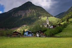 Ειδυλλιακό τοπίο στις Άλπεις στην άνοιξη με το παραδοσιακό σαλέ βουνών και τα φρέσκα πράσινα λιβάδια βουνών με τα λουλούδια Στοκ φωτογραφίες με δικαίωμα ελεύθερης χρήσης
