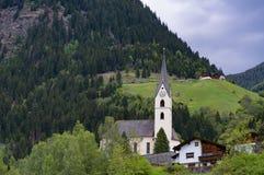 Ειδυλλιακό τοπίο στις Άλπεις στην άνοιξη με το παραδοσιακό σαλέ βουνών και τα φρέσκα πράσινα λιβάδια βουνών με τα λουλούδια Στοκ Εικόνες