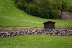 Ειδυλλιακό τοπίο στις Άλπεις στην άνοιξη με το παραδοσιακό σαλέ βουνών και τα φρέσκα πράσινα λιβάδια βουνών με τα λουλούδια Στοκ φωτογραφία με δικαίωμα ελεύθερης χρήσης