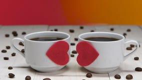 Ειδύλλιο για την ημέρα βαλεντίνων Ζεύγος των φλιτζανιών του καφέ εραστών φιλμ μικρού μήκους