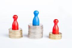 Ειδώλια παιχνιδιών στην κορυφή που συμβολίζει τον πρώτο πρωτοπόρο θέσεων και finan Στοκ εικόνες με δικαίωμα ελεύθερης χρήσης