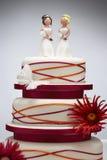 Ειδώλια παράνυμφων στο γαμήλιο κέικ στοκ εικόνα
