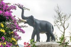 Ειδώλιο ενός ελέφαντα και των λουλουδιών Στοκ Φωτογραφία