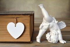 Ειδώλιο και καρδιά αγγέλου Στοκ εικόνα με δικαίωμα ελεύθερης χρήσης
