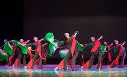 Εκατομμύρες άνθρωποι που ενώνονται ως ένας simsii-κινεζικός λαϊκός χορός άτομο-Rhododendron Στοκ φωτογραφία με δικαίωμα ελεύθερης χρήσης