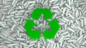 Εκατοντάδες των ζωηρόχρωμων μπαταριών και στη μέση το πράσινο ανακύκλωσης σύμβολο στοκ φωτογραφία με δικαίωμα ελεύθερης χρήσης