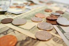 Εκατοντάδες & νομίσματα στοκ εικόνες με δικαίωμα ελεύθερης χρήσης
