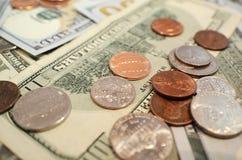 Εκατοντάδες & νομίσματα στοκ φωτογραφία με δικαίωμα ελεύθερης χρήσης