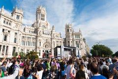 Εκατοντάδες των ανθρώπων που γιορτάζουν τη νίκη στην ένωση της ομάδας ποδοσφαίρου της Real Madrid Στοκ εικόνες με δικαίωμα ελεύθερης χρήσης
