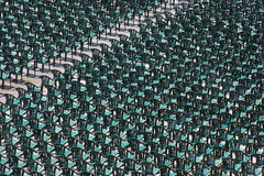 Εκατοντάδες των πλαστικών πράσινων καρεκλών που τακτοποιούνται σε μια σειρά στοκ φωτογραφίες