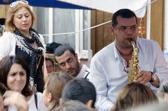 Εκατοντάδες φεστιβάλ ανοίξεων Hidrellez των ανθρώπων που έχουν το χορό στοκ εικόνα