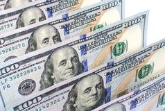 Εκατό αμερικανικά δολάρια τραπεζογραμματίων σε μια κινηματογράφηση σε πρώτο πλάνο σειρών Στοκ Φωτογραφία