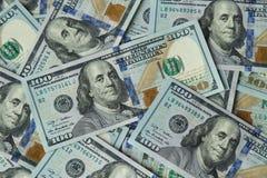 Εκατό αμερικανικά τραπεζογραμμάτια δολαρίων διεσπαρμένα στοκ εικόνα