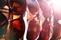 Εκατό από τα ζωηρόχρωμα γυαλιά ηλίου για να επιλέξει από Γυαλιά ηλίου στην πώληση Ηλιοβασίλεμα Στοκ Φωτογραφίες
