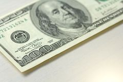 Εκατό δολάρια με μια σημείωση 100 δολάρια Στοκ Φωτογραφία