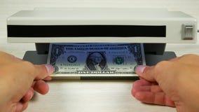 Εκατό δολάρια στον ανιχνευτή μοιάζουν με έναν λογαριασμό ένας-δολαρίων Ανίχνευση των πλαστών χρημάτων φιλμ μικρού μήκους