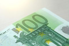 Εκατό ευρώ με μια σημείωση 100 ευρώ Στοκ Εικόνες