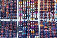 Εκατό ζωηρόχρωμα γυαλιά ηλίου για να επιλέξει από Γυαλιά ηλίου στην πώληση Στοκ φωτογραφία με δικαίωμα ελεύθερης χρήσης