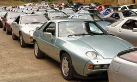 εκατό Porsche 928 κλασικά αυτοκίνητα Στοκ Φωτογραφίες