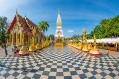 Εκείνος ο βουδιστικός ναός Phanom με τους προσκυνητές Γεωμετρική προοπτική Στοκ φωτογραφίες με δικαίωμα ελεύθερης χρήσης