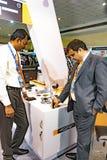 Εκθέτες που εξετάζουν το χέρι - κρατημένος χρυσός ελεγκτής σε IIJS στοκ εικόνες με δικαίωμα ελεύθερης χρήσης