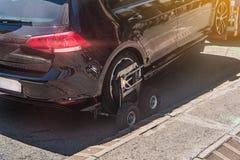 Εκκένωση ενός ανακριβώς σταθμευμένου αυτοκινήτου στοκ φωτογραφία