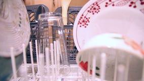 Εκκένωση του πλυντηρίου πιάτων απόθεμα βίντεο