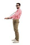 Εκκεντρικά suspenders τεντώματος hipster που εξετάζουν την απόσταση Στοκ φωτογραφία με δικαίωμα ελεύθερης χρήσης