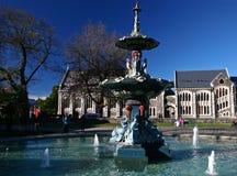 Εκκεντρική πηγή Peacock μπροστά από το ιστορικό κέντρο τεχνών το φθινόπωρο στους βοτανικούς κήπους Christchurch, Νέα Ζηλανδία στοκ εικόνες με δικαίωμα ελεύθερης χρήσης
