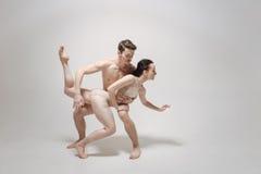 Εκκεντρικό ζεύγος χορού που εκφράζει την προσωπικότητά τους κατά τη διάρκεια της πρόβας Στοκ φωτογραφίες με δικαίωμα ελεύθερης χρήσης