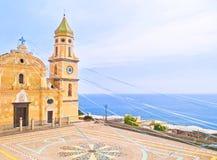 Εκκλησία από τη θάλασσα που διακοσμείται με τις κορδέλλες Στοκ Εικόνα
