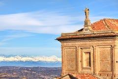 Εκκλησία και Άλπεις. Piedmont, Ιταλία. Στοκ Εικόνα