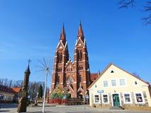 Εκκλησία και δέντρο αυγών Πάσχας στην πόλη Sveksna, Λιθουανία Στοκ Εικόνες