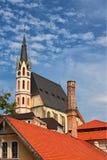 Εκκλησία και εικονική παράσταση πόλης Cesky Krumlov, Τσεχία του ST Vitus καλοκαίρι ημέρας ηλιόλουστο Περιοχή παγκόσμιων κληρονομι Στοκ Εικόνες