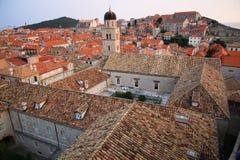 Εκκλησία και ζωηρόχρωμες στέγες, μεσαιωνικό Dubrovnik Στοκ Εικόνες