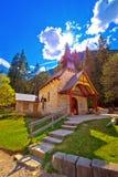 Εκκλησία και λίμνη Braies στο δολομίτη Apls Στοκ εικόνες με δικαίωμα ελεύθερης χρήσης