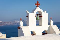 Εκκλησία με τον Ερυθρό Σταυρό στο νησί Thirasia που αγνοεί Oia και Thira σε Santorini, Ελλάδα στοκ φωτογραφίες
