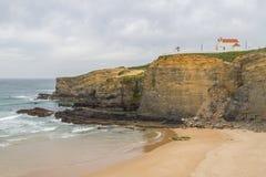 Εκκλησία πέρα από τους απότομους βράχους Zambujeira do Mar στοκ εικόνες